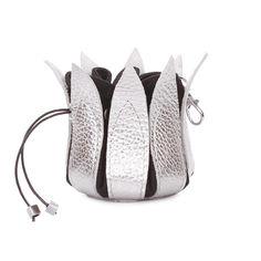 Акция на Кожаная ключница-цветок Poolparty серебристая keychain-flower-silver от Podushka